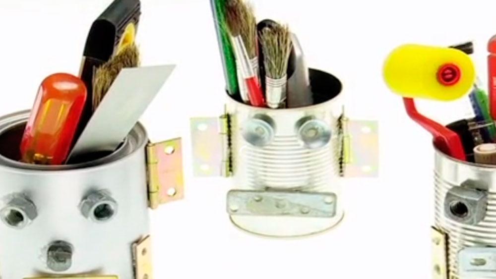 Hay algunos restos o desechos que quedan después de hacer trabajos en la casa que se pueden reutilizar para no aumentar la basura y sus contaminantes. Nos referimos a las fijaciones, restos de quincallería o incluso partes de alguna herramienta manual, que se pueden utilizar para hacer un robot o cualquier personaje asociado al metal.