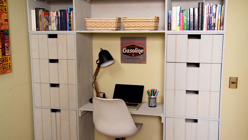 En los dormitorios, sobre todo cuando son pequeños, es bueno tener muebles multifunción, es decir que tengan más de un uso, por ejemplo que sean cama y escritorio, o ropero y escritorio. Ese es el mueble que se construirá en este proyecto, diseñado con varios cajones para aumentar la capacidad de almacenamiento en una habitación pequeña, y así ayudar a su organización.