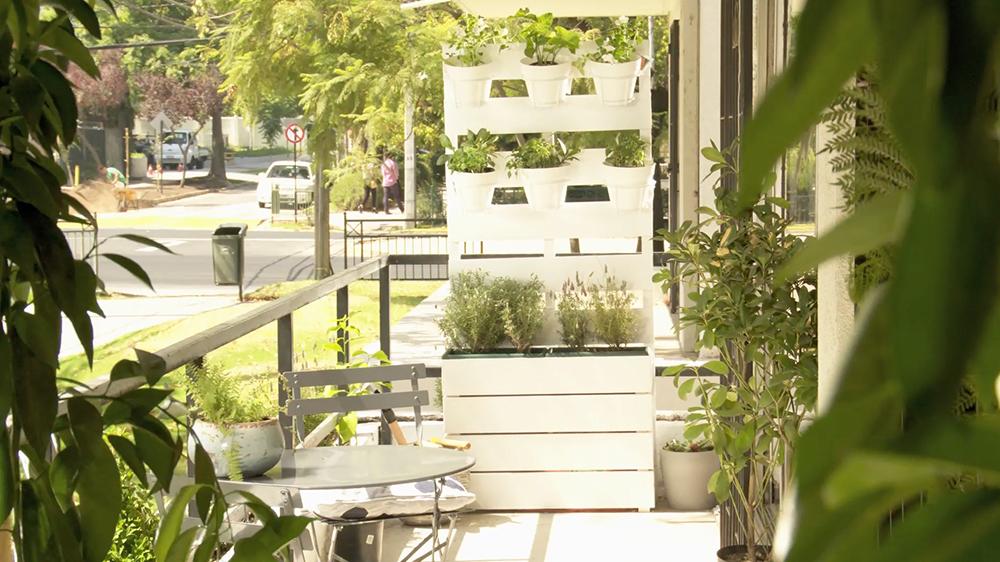 Este proyecto está pensado para el acotado espacio de las terrazas de departamentos. Se trata de una jardinera que puede ser usada en un extremo del balcón, o en una zona estratégica como separador de ambientes. Gracias a que es vertical, su demanda de espacio es mínima, y cuenta con un treillage para colgar maceteros, una zona para poner macetas rectangulares, y un espacio oculto para almacenaje.