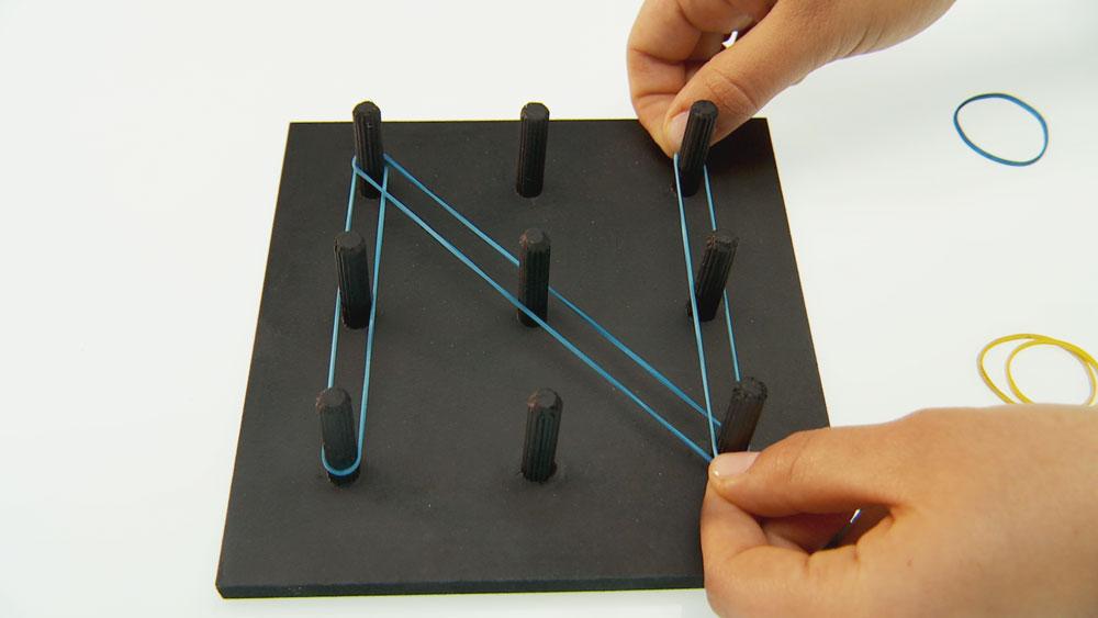 Para los que están aprendiendo a leer y escribir, enseñaremos a hacer un didáctico silabario de madera para dibujar con elásticos las letras del abecedario.