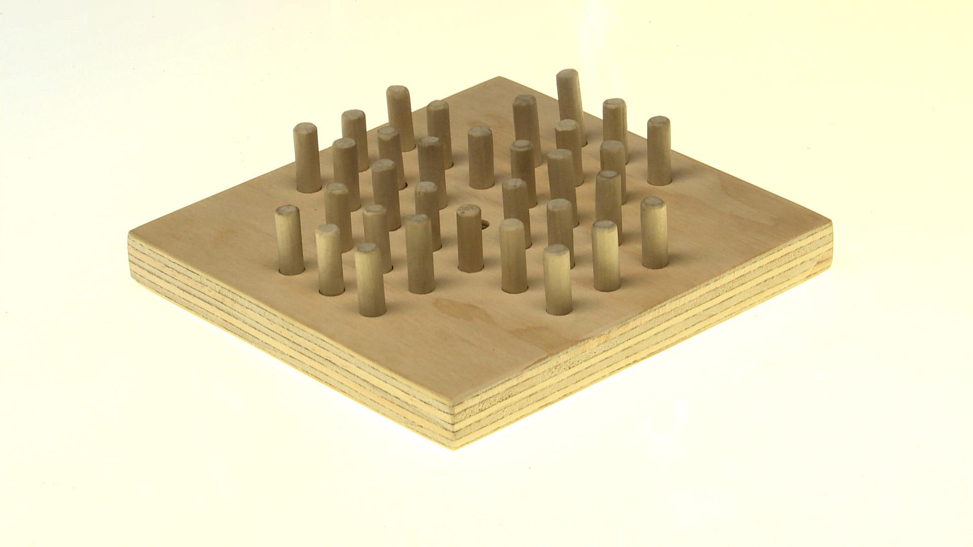 El solitario es un juego que nos puede entretener durante horas, y que consiste en ir comiéndose una a una las piezas, usando para eso los agujeros libres que van quedando en el tablero. El objetivo es que al final quede sólo una pieza al centro.