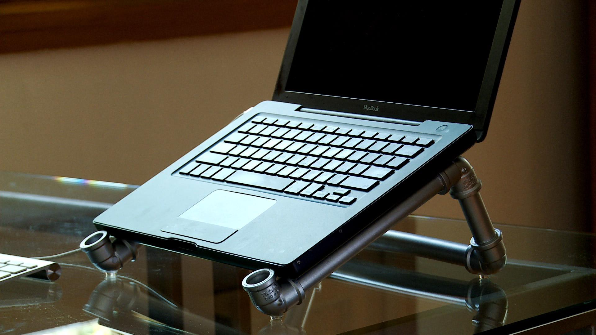 Para organizar de buena manera el lugar de estudio podemos hacernos un soporte para el notebook o laptop, que lo deje levantado para no tapar la ventilación, que permita inclinar la pantalla para mejorar la visión y mantener el teclado en una posición más cómoda.