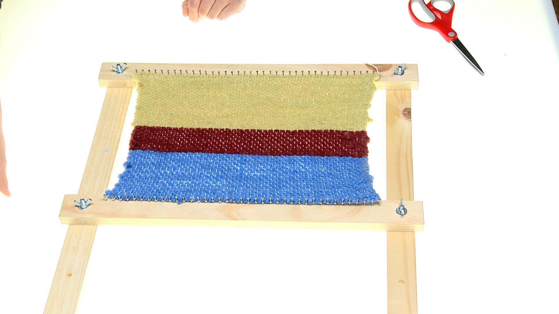 Con la lana podemos tejer con palillos o croché, y también hacer telares. Es decir, un tejido donde se van entrelazando las lanas, hasta tener una trama bien tupida.