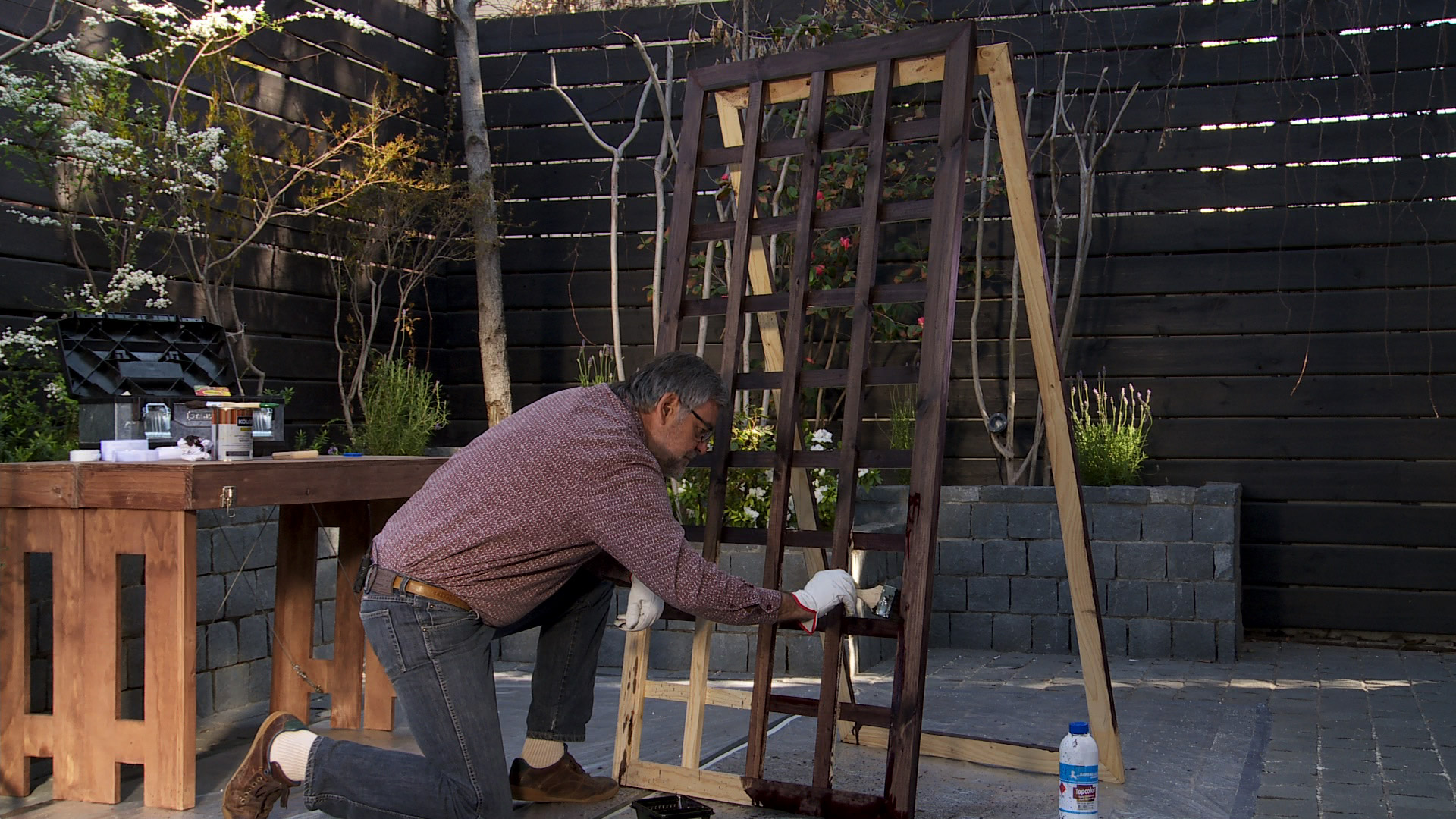Este proyecto es ideal para jardines o terraza que sean pequeños y/o sombríos, ya que se trata de construir marcos con treillage que de fondo tengan un espejo lo que genera más amplitud además de iluminar los rincones más oscuros del jardín.