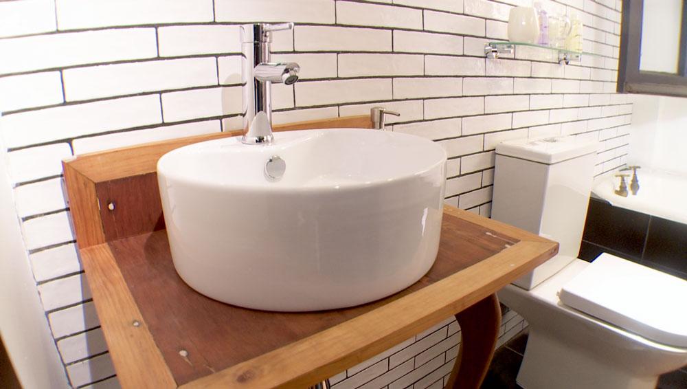 De forma casi inconsciente cuando pensamos en un baño, imaginamos muebles diseñados para la humedad. Pero con la protección necesaria, podemos incorporar a esta zona elementos que le otorguen el estilo que queremos darle, por ejemplo muebles de madera noble. Por eso en este proyecto enseñaremos a reutilizar una mesa antigua en un vanitorio.