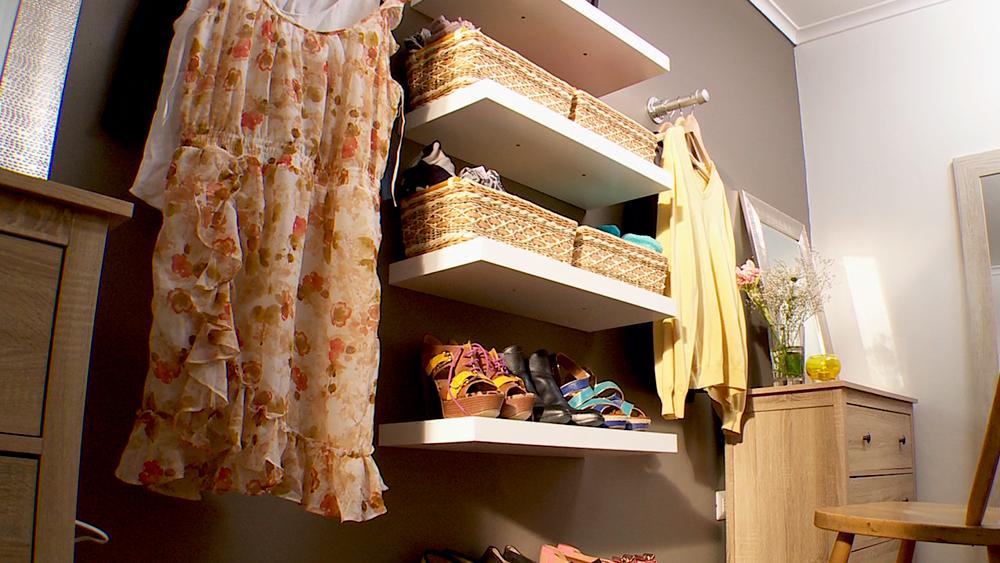 El dormitorio, además de ser un lugar para dormir y descansar, muchas veces es el espacio donde nos vestimos. Pero no siempre es funcional a esta necesidad, por eso en este proyecto nos centraremos en hacer, de un dormitorio matrimonial, un lugar para guardar ropa y que también sirva vestirse cómodamente, por eso haremos un walk in closet.