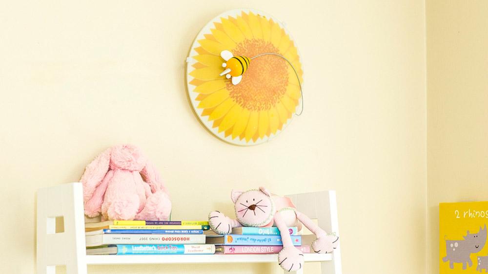 La iluminación en la pieza de los niños, además de alumbrar, tiene la gran responsabilidad de facilitar la estimulación, el aprendizaje, los juegos e incluso el buen dormir. No es cosa de poner un par de lámparas que alumbren el espacio, debemos pensar en las actividades, la ubicación de los muebles y por supuesto la edad del niño. Tener las lámparas correctas, instaladas en el lugar preciso y dando la luz adecuada permitirá crear un ambiente propicio para que el niño se sienta cómodo y pueda desarrollar sus actividades.