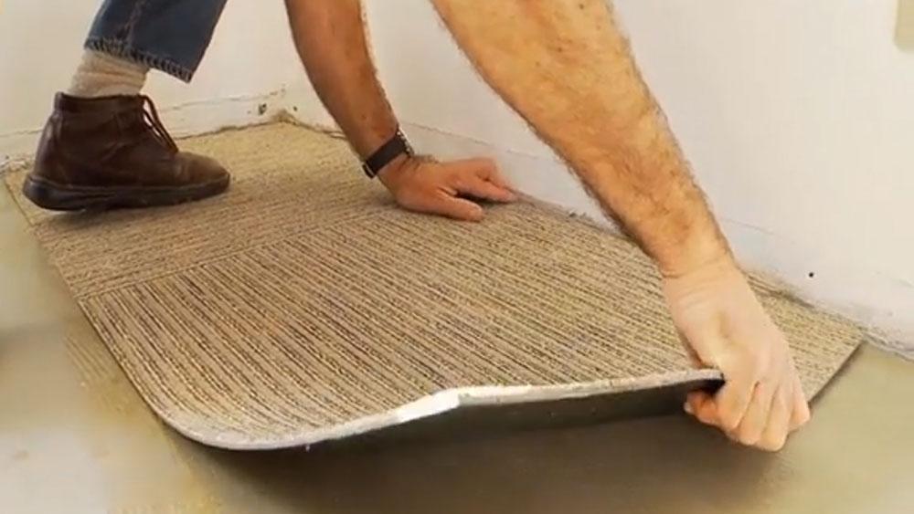 Una forma fácil y rápida de instalar alfombra es hacerlo con las que vienen en palmetas, ya que no se tienen que manipular grandes rollos que son difíciles de estirar. Además así se puede reemplazar sólo el pedazo si es que se mancha o sufre algún daño