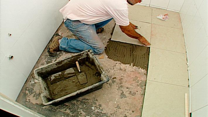 Para instalar cerámica la clave está en la correcta planifi cación del trabajo para definir por donde empezar, y donde conviene dejar los cortes de las cerámicas para que queden en los lugares menos visibles. Siguiendo cada uno de los pasos ordenadamente, la instalación resultará todo un éxito