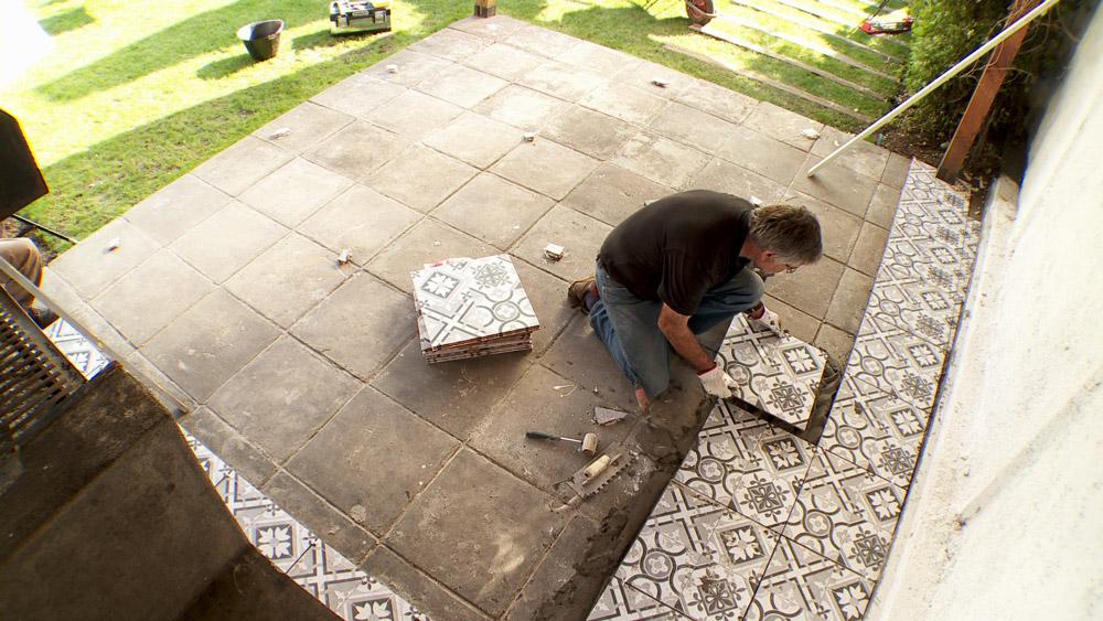 Siempre buscamos alternativas para que nuestra casa se vea mejor. Si tenemos una terraza con radier gris y opaco podemos instalar sobre ella cerámica, pero no cualquiera, en este proyecto elegimos una que rememora el diseño de los adoquines de los años 1900… ¡como el patio de la abuelita!.