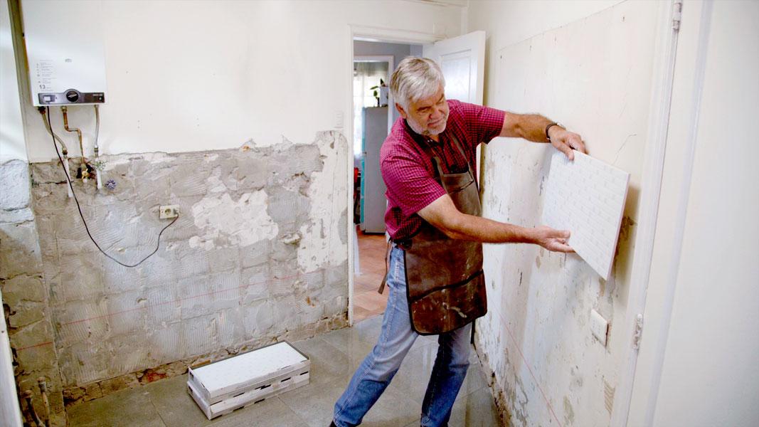 A veces sentimos la necesidad de cambiar, nos aburrimos de algo o simplemente, llegó el momento de renovar un espacio. En este caso, cambiaremos las baldosas de una cocina y la actualizaremos instalando cerámica en los muros y porcelanato en el piso. ¡Mira lo moderna que quedó!