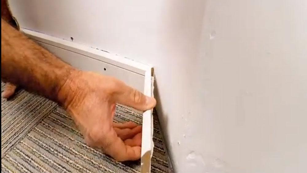 Los guardapolvos y cuarto de rodón que se ponen en el piso tienen un rol muy importante. Son los encargados de mejorar la terminación en el encuentro de suelo y muro, además ayudan a no ensuciar las esquinas de la paredes. Su instalación es bastante simple, pero necesita de exactitud en los cálculos de ángulos y cortes.