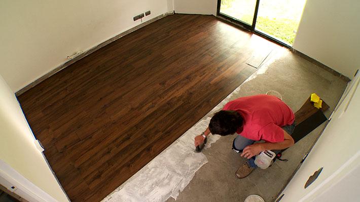 El tipo de piso que pongamos en la casa sin duda no se puede dejar al azar: todos tienen sus ventajas dependiendo del espacio donde se va a instalar. Por eso en este proyecto queremos mostrar el piso vinílico, pero no el que viene en rollo, sino uno en tablas que imita el piso laminado.