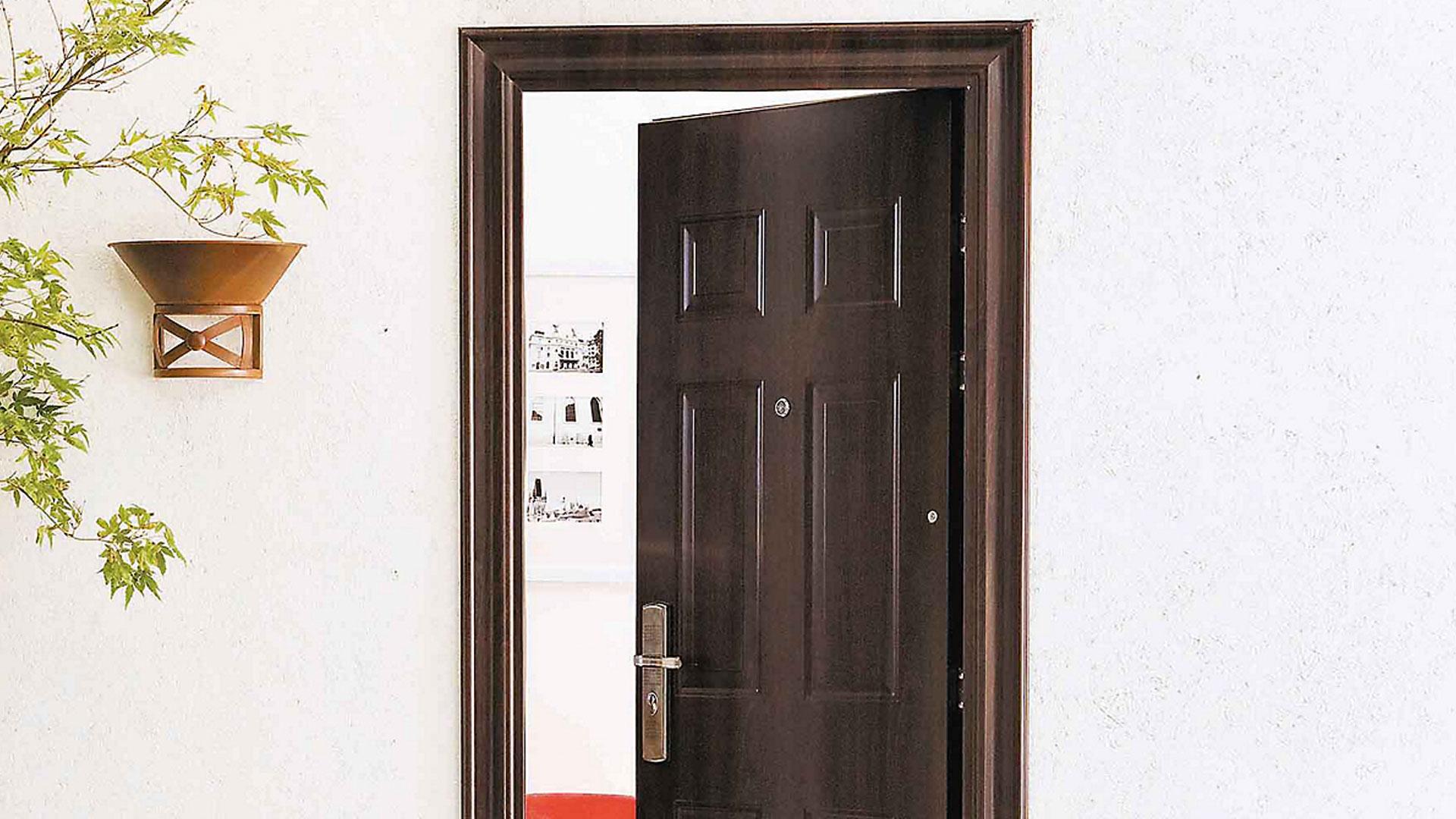 Una casa es más vulnerable cuando tiene una puerta de acceso insegura, tanto en su estructura y solidez, como en la chapa, por eso es importante analizar este punto e instalar una puerta de seguridad construida en acero. Es un proyecto que puede marcar la diferencia a la hora de reforzar la protección de nuestro hogar.