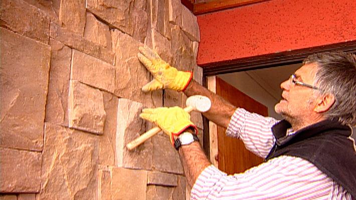 En general, buscamos mejorar el aspecto de un muro pintándolo o cambiando su color. Pero hay otras técnicas y productos, como un revestimiento texturado o un hormigón aligerado que imita la piedra. Son maneras de dar un cambio drástico a un muro interior o exterior, puede ser para la terraza, la entrada de la casa o, incluso, en el living comedor. Con el revestimiento de piedra no sólo se estará renovando el estilo, sino también se le estará dando una protección adicional a la superficie, ya que es resistente a la intemperie y humedad