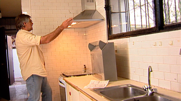 En las cocinas la ventilación se puede obtener por una ventana o con las campanas. Si la campana tiene ducto hacia el exterior se podrá extraer olores y el vapor, además de absorber la grasa en los filtros. Si no tiene ducto los filtros realizan eficientemente la labor de absorber grasa y olores. En ambos casos la instalación es sencilla, lo único que necesita más atención es cómo hacer la abertura para el ducto