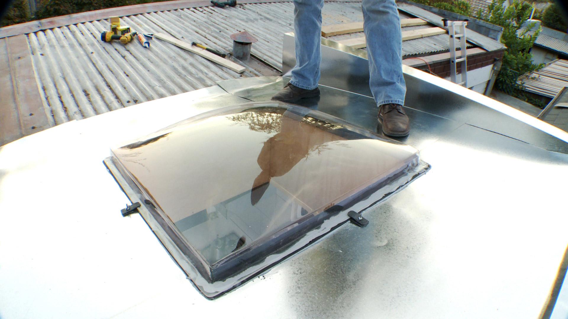 Cuando una habitación de la casa recibe poca luz, obligatoriamente tenemos que gastar más electricidad en las lámparas encendidas. Pero no sólo eso, también recibe menos calor, por lo que seguramente será una pieza más fría. Además hay un factor anímico, ya que la luz solar nos da energía, mientras que los lugares sombríos suelen ser tristes. Por eso la alternativa de instalar en el techo un tragaluz o una cúpula transparente puede ser una solución muy adecuada, si queremos recibir más sol, luz y calor.