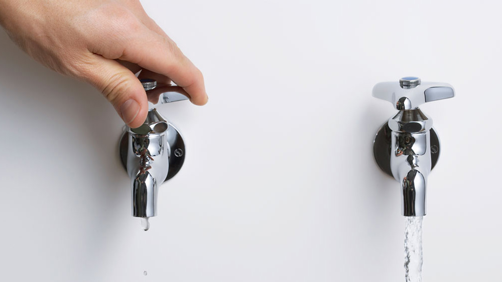 Instalar una llave o grifería es un trabajo que normalmente dejamos en manos de los expertos, pero la verdad es que es más sencillo de lo que parece. Sólo necesitamos tener las cañerías o salidas de agua en su posición correcta para poder hacer nosotros mismos este trabajo. Aquí presentamos una guía que enseñará a reconocer los tipos de llaves, sus modos de instalación y algunos datos para que su sistema de grifería funcione correctamente.
