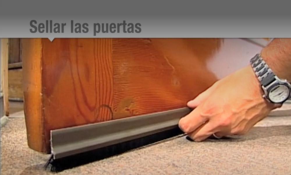 Aislar bien una puerta es fundamental para mantener una casa con la temperatura deseada. El aire que se cuela desde el exterior no sólo enfría su hogar, sino también trae consigo un mayor gasto en calefacción.