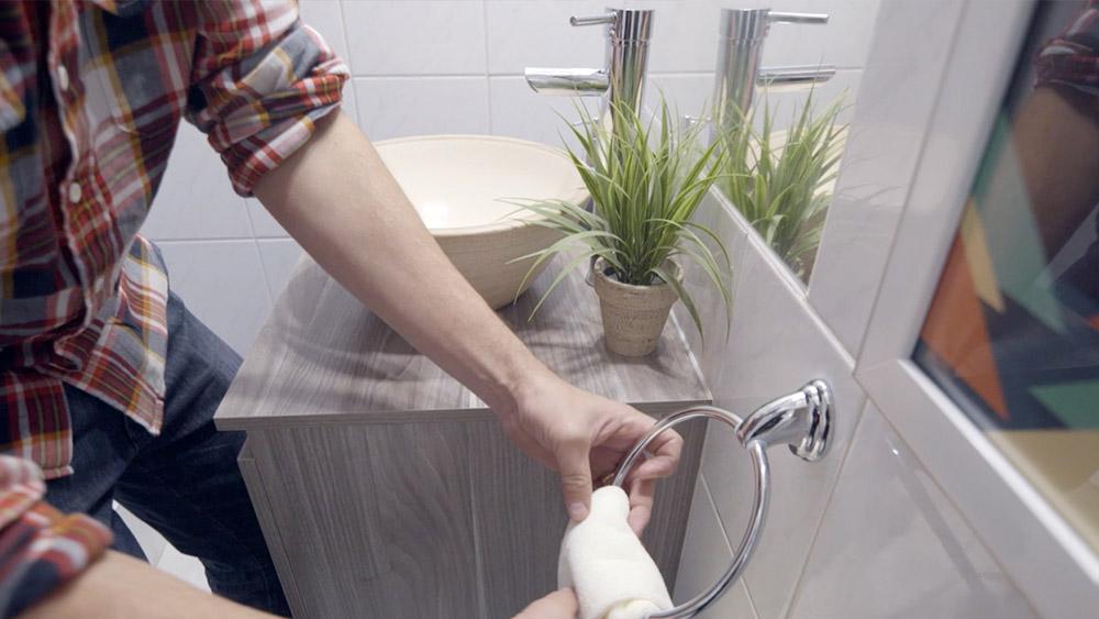 Muchas veces bastan unos cambios sencillos para transformar un espacio. En este proyecto te enseñaremos a reemplazar un antiguo lavamanos por un vanitorio, dándole una nueva cara al baño de visitas.