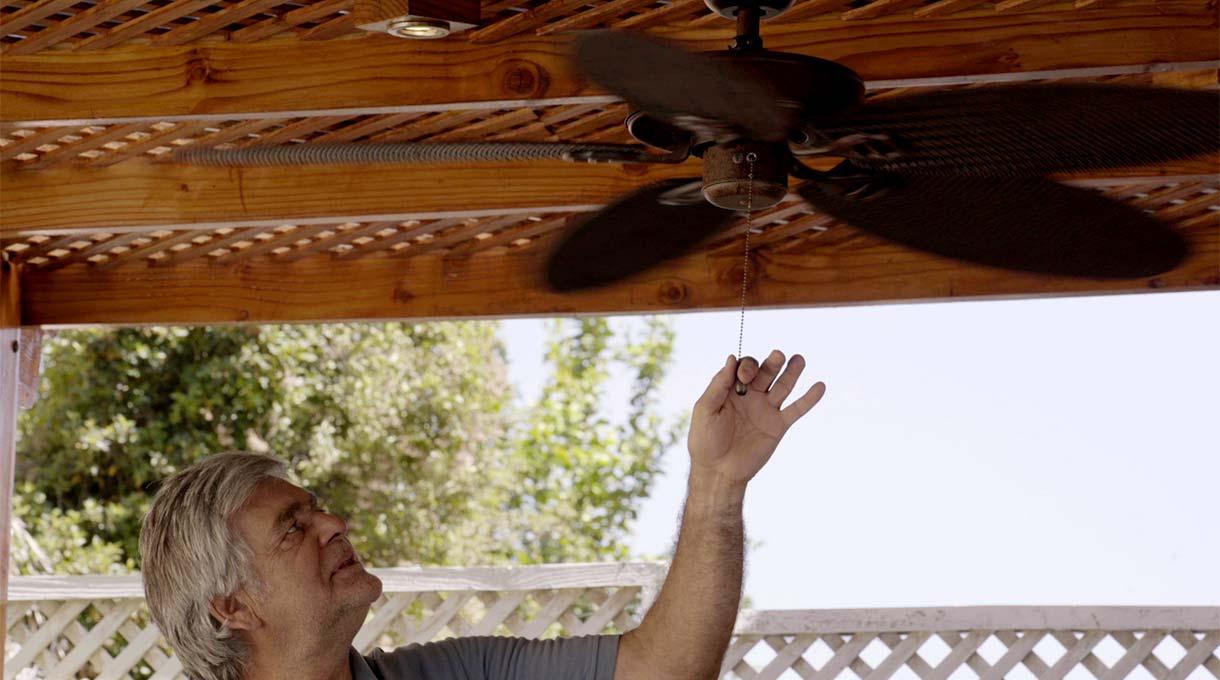 Mantener el quincho impecable no se trata solo de limpiar la parrilla. Algo muy importante es la ventilación del lugar. Si es que estamos parrillando y tenemos un techo de policarbonato cerca y hace mucho calor, el ambiente se vuelve irrespirable. ¿Cómo solucionar esto? Con un ventilador de techo.