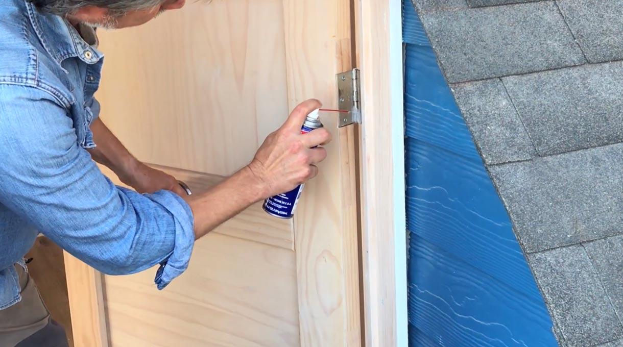 Te enseñamos lo fácil que es realizar el mantenimiento de las bisagras y demás quincallería de una puerta, con el fin de que cumpla un óptimo funcionamiento y no presente ruidos,desniveles y puedas abrirla de manera fácil y cómoda. ¡Mira el paso a paso!