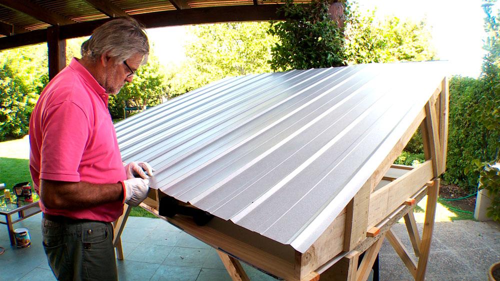 En otoño, y antes que comience el invierno, es indispensable evaluar el estado del techo, esto quiere decir reparar las tejas o planchas dañadas, además de limpiar las canaletas y bajadas. Es la mejor manera de prepararse para la época de lluvia, y prevenir problemas de humedad dentro del hogar.