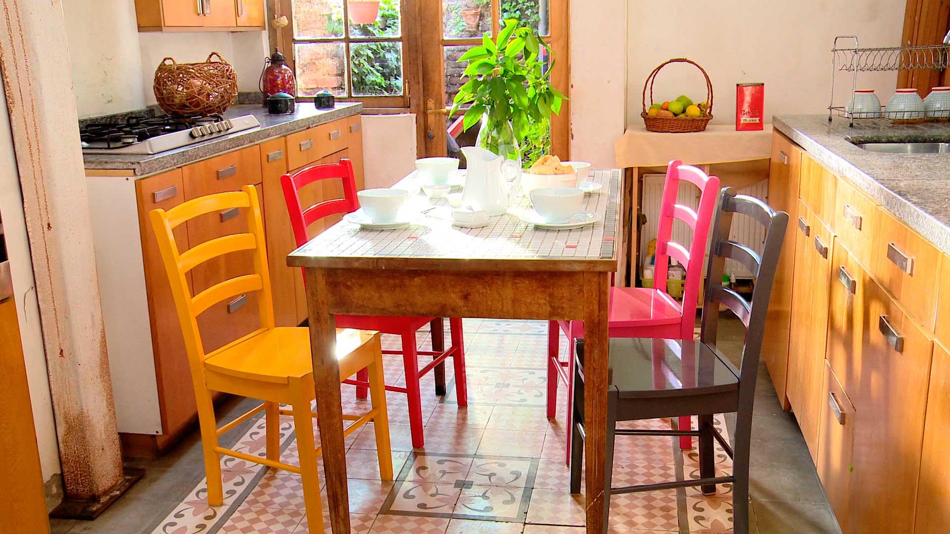 El comedor, ya sea de la terraza o interior, es un espacio donde se puede compartir con la familia y amigos, es un lugar más íntimo y cotidiano, por eso vale la pena personalizarlo para que refleje nuestro gustos y estado de ánimo. Y una buena idea para hacerlo es pintando las sillas con distintos colores.
