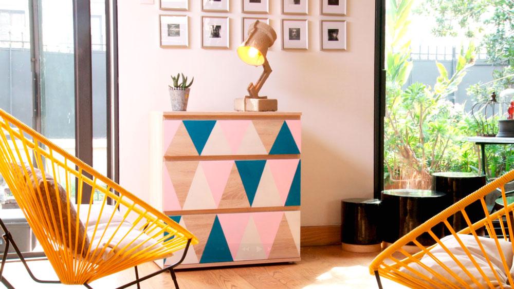 """Hay veces que queremos que nuestros muebles tengan más """"carácter"""" o se amolden a nuestro estilo y/o decoración, pero no encontramos nada en el mercado que nos satisfaga. Por eso en este proyecto optamos por personalizar una cómoda con pintura y figuras geométricas"""