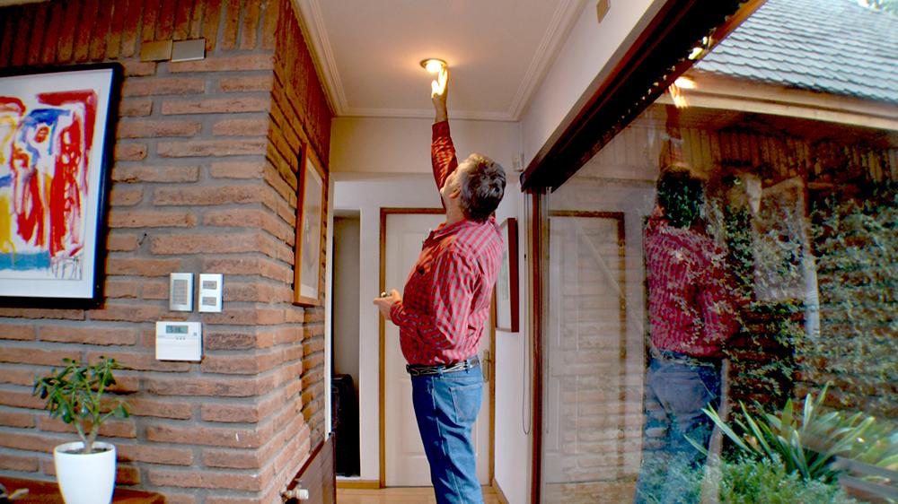 Planificar la iluminación del dormitorio podría sonar contradictorio pero no lo es. Este lugar no solo lo usamos para dormir, también leemos, vemos películas, organizamos la ropa y nos vestimos. Y aunque no seamos consciente de ello, cada una de estas actividades requiere una luz especial, que no sea invasiva para mantener la serenidad necesaria de este espacio.
