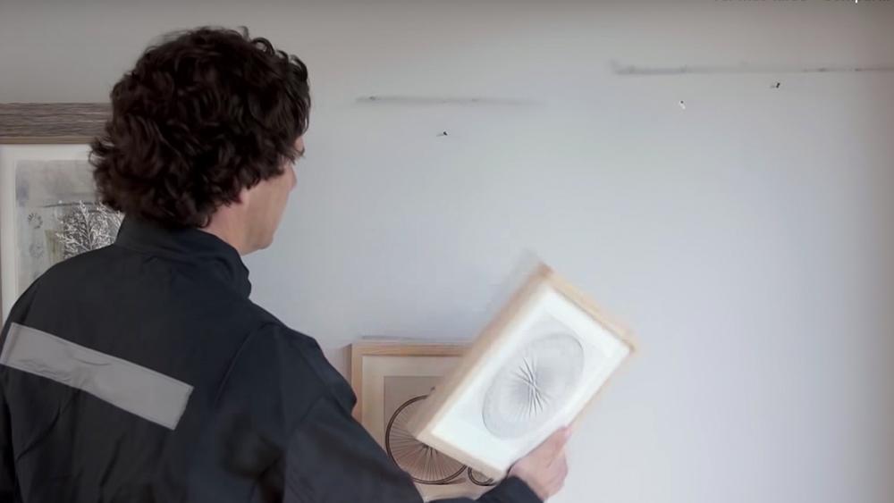 El buen resultado de la pintura de un muro no depende sólo del tipo de pintura que usemos. El estado de la superficie es sumamente relevante, ya que entran en juego las imperfecciones que existan, lo suelta que puede estar la pintura anterior, si los poros están tapados con polvo y cuántas manos serán necesarias para alcanzar el color que buscamos.
