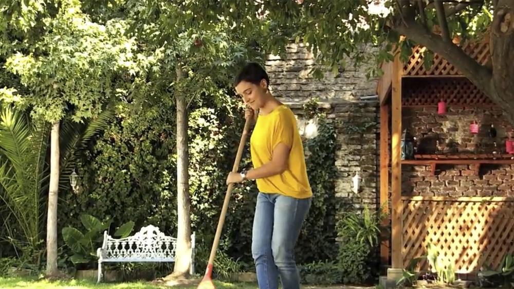 El césped es una de las partes del jardín que más cuidado requiere, y uno de los riesgos más comunes es el ataque de hongos debido a la humedad y altas temperaturas, que se manifiesta con un patrón de manchas circulares amarillas.