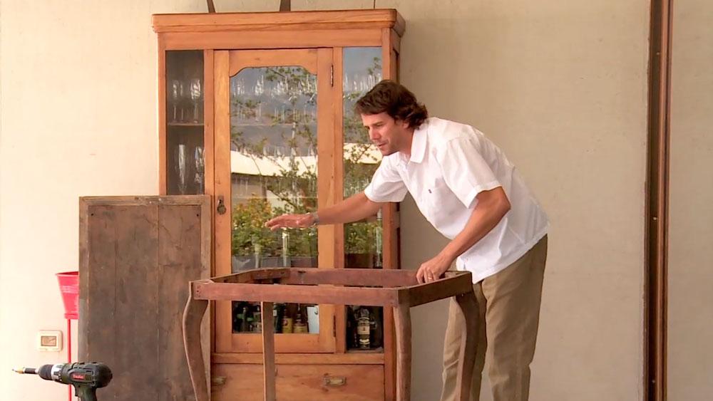 Un mueble clásico es por definición eterno, porque nos gusta su diseño, lo heredamos, está hecho con un tipo de madera que hoy es escasa, o porque simplemente nos topamos con uno en alguna venta de garaje. Por eso en este proyecto enseñaremos a recuperar y actualizar muebles antiguos.