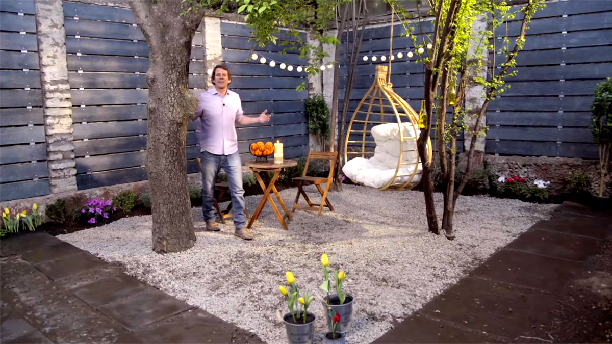 En este proyecto te enseñaremos cómo renovar un patio, mejorando sus muros al cubrirlos con siding de fibrocemento. Además, aprovecharemos de hacer macizos en el jardín y poner gravilla en el piso para instalar muebles de terraza.