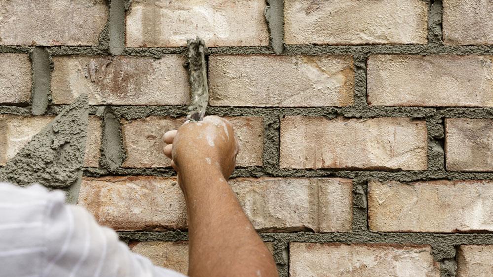 En la mantención de los ladrillos, antes de volver a barnizarlos o pintar, es necesario reparar las canterías que se desmoronan por la acción del clima y el desgaste de la pintura, de lo contrario en el corto plazo el muro volverá a verse deteriorado.
