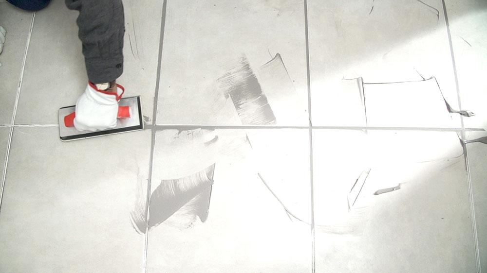 Es inevitable que los pisos del baño y la cocina se expongan a varios agentes que fácilmente dañarían una alfombra o un piso flotante: humedad, alto tráfico o derrames de líquido. Es por eso que en estas zonas el piso suele estar revestido con cerámicos, los que por muy resistentes que sean también necesitan mantención, una de estas reparaciones es el cuidado del fragüe que hay en sus junturas.