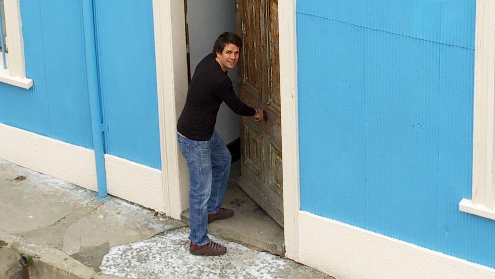 Cuando queremos pintar una fachada tenemos que hacer una serie de labores de reparación como arreglar grietas y eliminar humedad. Pero cuando la fachada está fabricada con materiales porosos como ladrillo, cemento texturado o una pasta acrílica texturada se incorporan otras labores, ya que sobre todo la limpieza y reparación de los muros se realiza de manera diferente a la de una fachada de concreto liso.