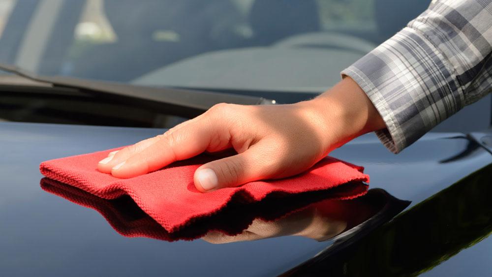 Qué mal rato se pasa cuando nuestro auto, que tanto cuidamos, resulta víctima de un desagradable rayón o raspadura. Algo muy común en cualquier época del año y que, desafortunadamente, es inevitable. Sin embargo, hoy en día existen técnicas para disimular estas imperfecciones, y al mismo tiempo, proteger su auto.