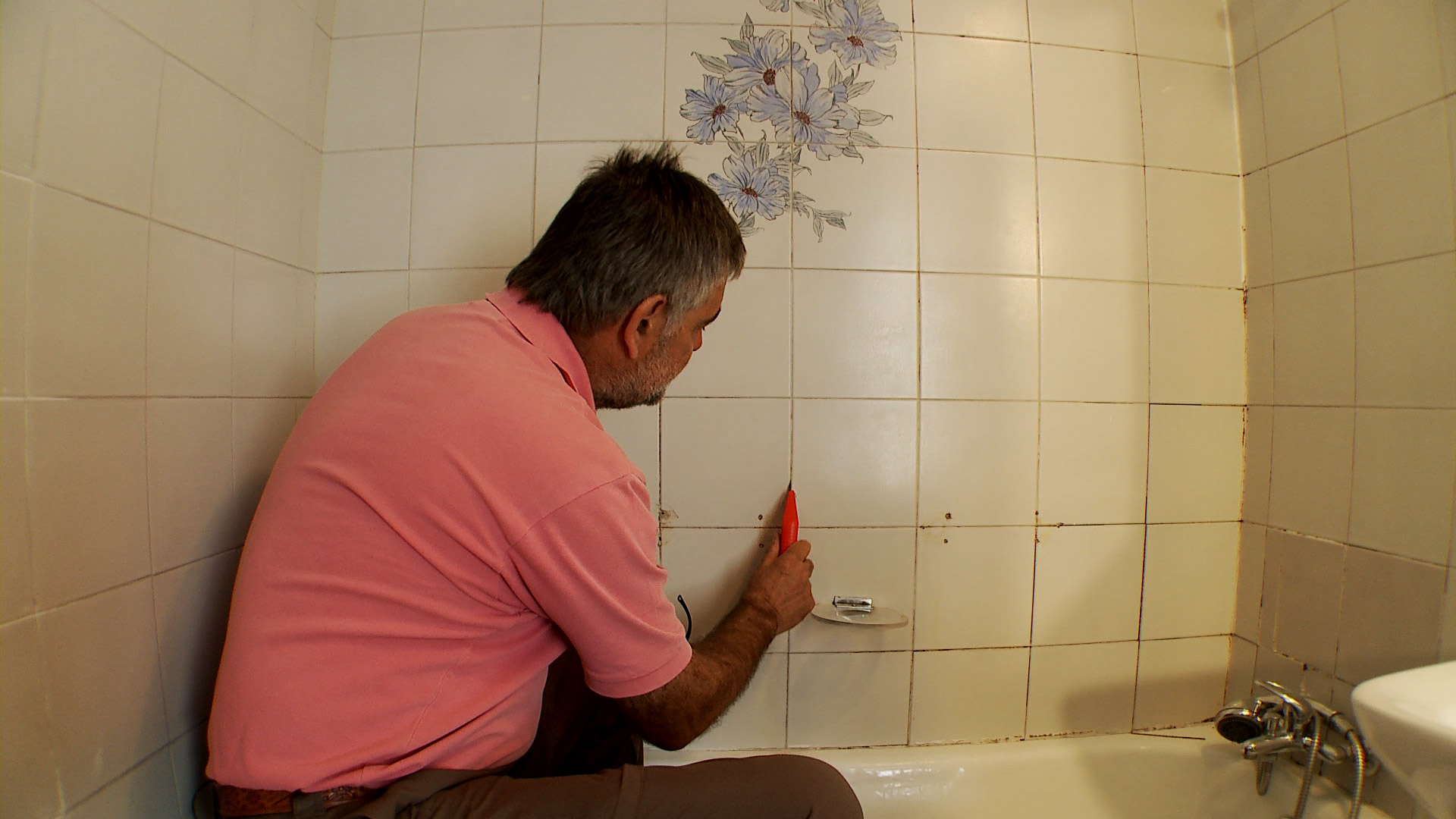 H galo usted mismo c mo reparar problemas de humedad en for Como limpiar las baldosas del bano