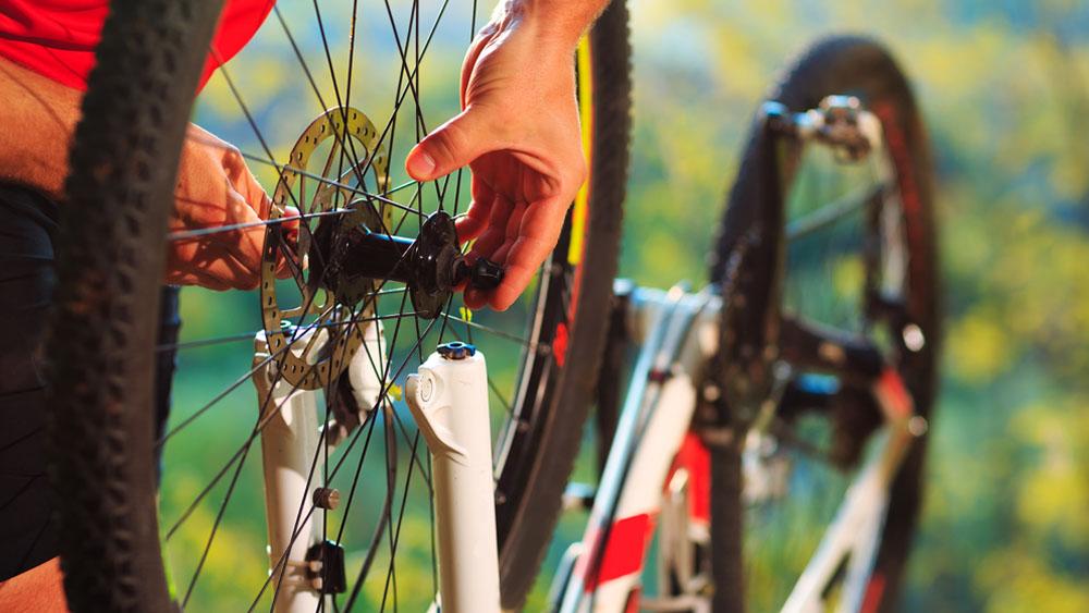 Si somos usuarios esporádicos de la bicicleta y la tenemos el mayor tiempo guardada, es probable que cuando la queramos utilizar esté llena de polvo, con óxido, las gomas un poco gastadas y falta de grasa. Por otro lado si somos de los conductores frecuentes de la bicicleta o la usamos como medio de transporte de seguro necesitaremos reparar una rueda pinchada, limpiar la estructura y volver a engrasarla. Por eso sea cual sea el uso que le demos a la bicicleta nunca está de más conocer algunas reparaciones básicas para poder hacer nosotros mismo la mantención.