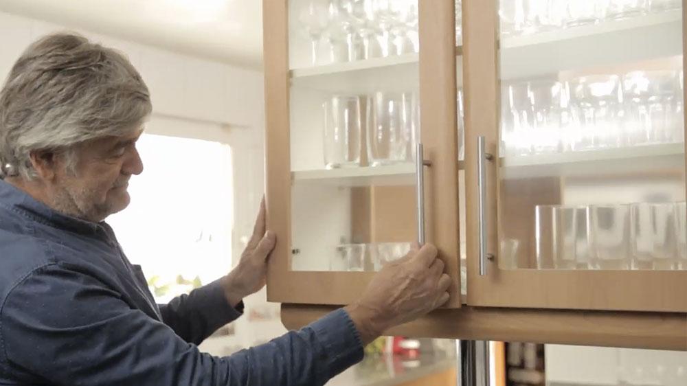 Las bisagras de retén reciben ese nombre porque se mantienen así mismas cerradas, el problema es que generalmente el cierre de las puertas provoca un fuerte golpe lo que termina por desajustarlas o dañarlas ¿cómo solucionarlo? Solamente con un desatornillador.