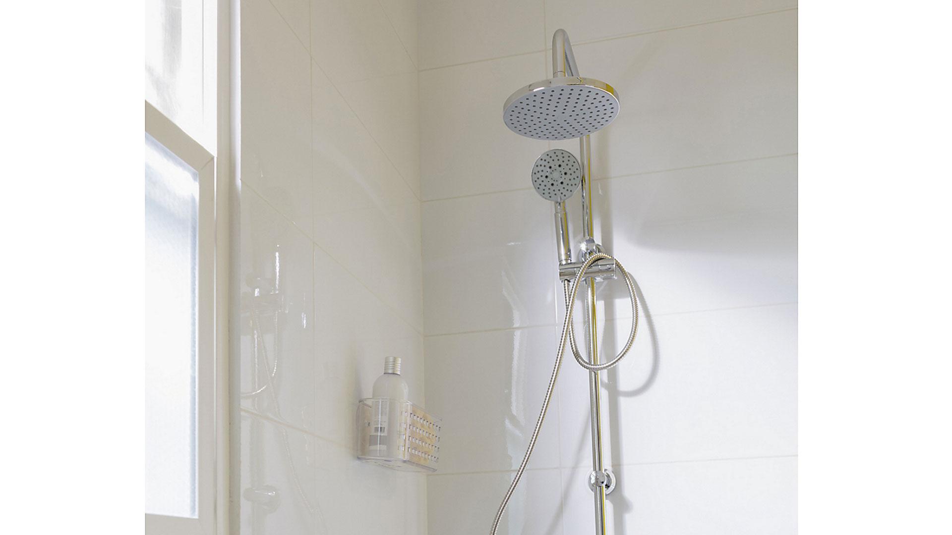 Como la mayoría de los artefactos del hogar, la ducha teléfono con el tiempo sufre desgaste y deterioro, pero no por ello debe cambiarla completa, existe la alternativa de repararla según sus partes dañadas.
