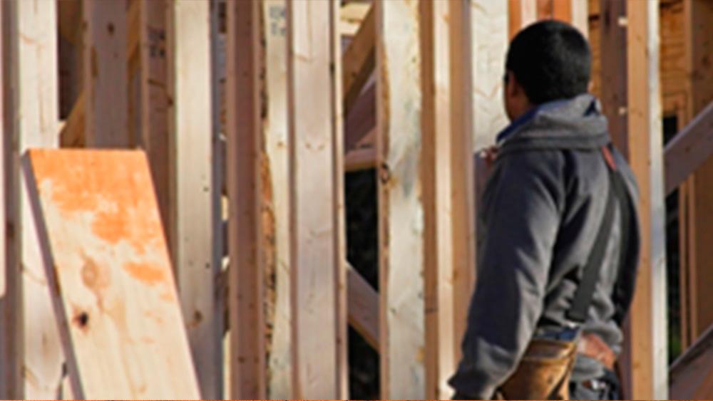 Las paredes de yeso cartón se diferencian de los muros sólidos porque son tabiques que se montan para crear ambientes o separar habitaciones. Es un material muy cómodo y práctico de trabajar, pero como es más ligero que el concreto se puede deteriorar con el tiempo, golpes o movimiento sísmicos. Su reparación es muy fácil y si la hacemos correctamente podremos dejar el muro como si nunca hubiera sufrido un daño.