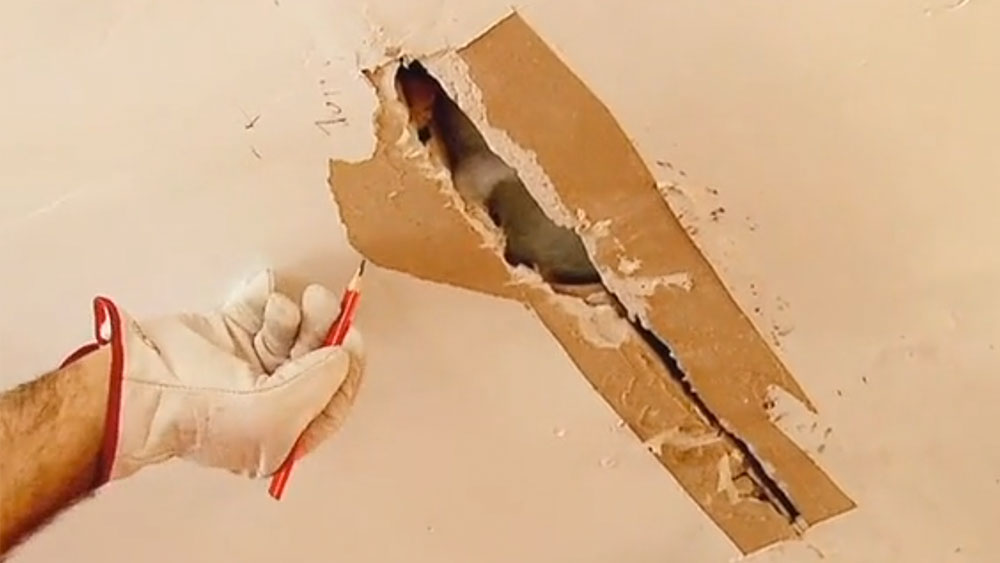 Cuando existen goteras en el techo, es muy probable que se filtren por el cielo de alguna habitación de la casa, produciendo una mancha de humedad, hongos o la misma gotera que va corriendo hasta caer. El problema hay que solucionarlo desde su origen, es decir subirse al techo y ver dónde se produjo la filtración, recién ahí se puede reparar el daño provocado en el cielo. Cuando es de planchas de yeso cartón, tenemos la ventaja, de que lo podemos solucionar fácilmente cambiando sólo el trozo dañado.