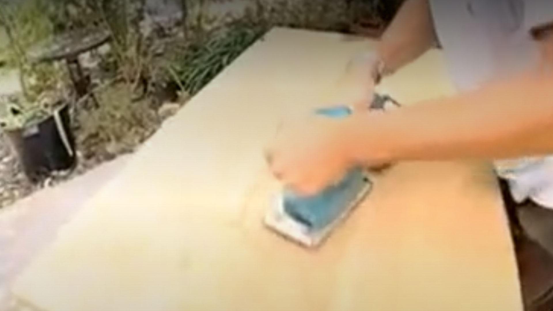 Marzo es el clásico mes donde desarmamos clóset, botamos papeles, cachureos, ordenamos el escritorio y vemos si hay algún mueble viejo que ya no sea útil. Pero antes de desechar un mueble es recomendable revisarlos, porque en general todos tienen una segunda oportunidad, es decir pueden ser reparados para seguir usándolos. En este proyecto aprenderemos cómo reparar un escritorio de madera.