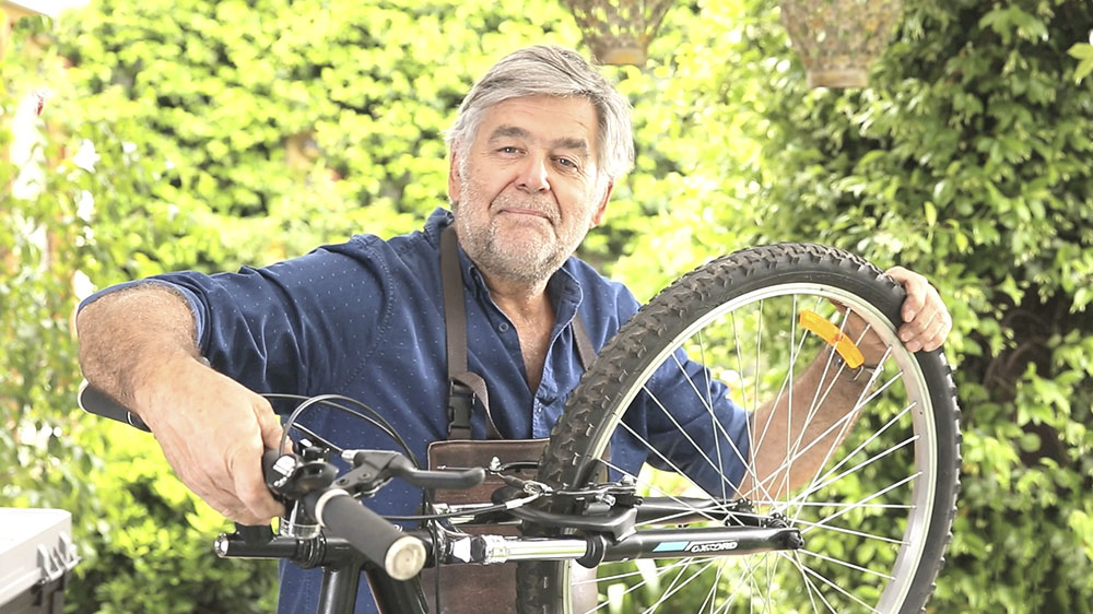 Uno de los mayores problemas de los ciclistas son las ruedas pinchadas. Por ello a los asiduos a la bicicleta se les recomienda tener un pequeño kit con parches, adhesivo y bombín como mínimo para poder reparar esta avería tan común.