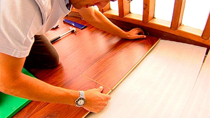Es muy importante arreglar un piso laminado húmedo, ya sea producto de una filtración de la cañería o porque se haya derramado líquido sobre él. Este tipo de piso se puede deteriorar muy rápido en esta situación: se ven levantados, sus tablas se comienzan a torcer y su color toma un aspecto blanquecino. Repararlo no es sólo un asunto estético, ya que el agua se acumula en el piso original produciendo graves focos de hongos y saturación de humedad que deterioran el suelo y la casa.