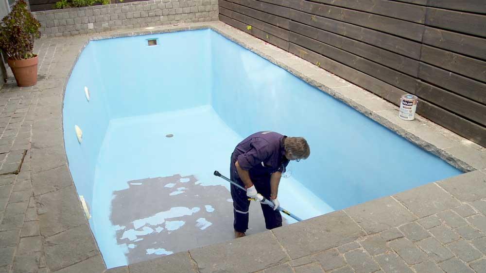 La recomendación para renovar la terminación de una piscina es cada dos años, aunque lo que manda es el desprendimiento de fragmentos, grietas o la pérdida del color. En este proyecto mostraremos cómo hacer este trabajo para poder aprovechar la piscina en la temporada de calor.