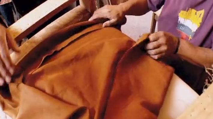 No porque un mueble esté viejo se tiene que botar. Cuando es de madera, y su estructura está en buen estado, se puede arreglar, y sólo cambiar lo que está más dañado. Es el caso de un sillón tapizado, ya que se le puede raspar la madera y poner un nuevo tapiz. Este es el trabajo de tapizado que nos hizo el maestro tapicero Richard Silva.