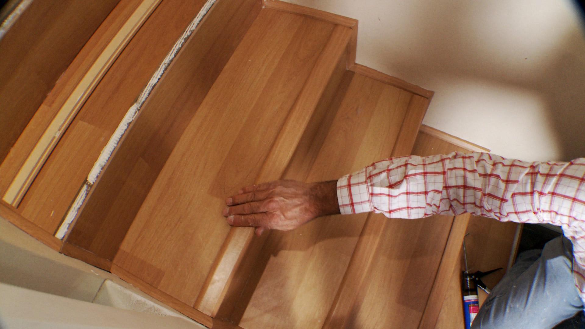La escalera es uno de los lugares que tiene más alto tránsito dentro de la casa, por eso tenerla alfombrada puede ser un constante dolor de cabeza, por la suciedad que acumula y lo difícil que es limpiarla. Por eso proponemos revestir la escalera con piso laminado, una terminación fácil de limpiar y mantener brillante.